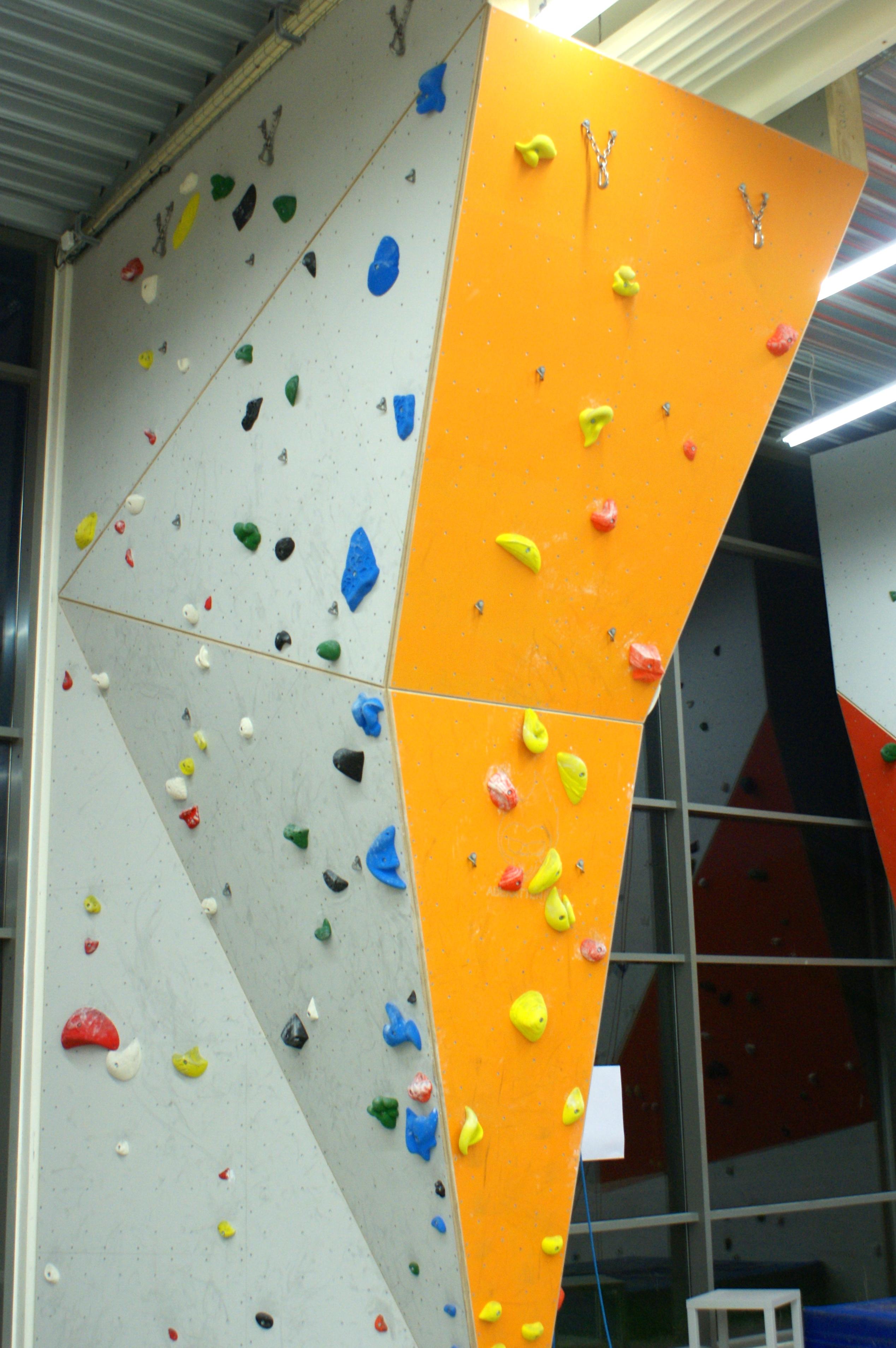 Den orange væg har især overhæng.